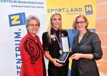 """Gläserner Leopold"" für Vizeweltmeisterin Ivona Dadic  (Mitte): Sport-Landesrätin Petra Bohuslav und Landeshauptfrau Johanna Mikl-Leitner gratulierten. (v.l.n.r.)"