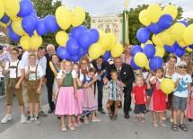 Luftballonsteigenlassen zur Eröffnung des 63. Pfaffstättner Großheurigen mit Landeshauptfrau Johanna Mikl-Leitner (Mitte, mit Kindern)