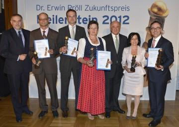 Landeshauptmann Dr. Erwin Pröll und Dr. Christian Milota, Geschäftsführer der NÖ Landesakademie, mit den Preisträgern des Meilenstein - Dr. Erwin Pröll Zukunftspreises.