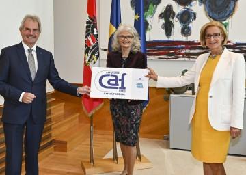 Landeshauptfrau Johanna Mikl-Leitner (rechts) und Landtagspräsident Karl Wilfing (links) gratulierten Landesrechnungshof-Direktorin Edith Goldeband (Mitte) zur erneuten Auszeichnung mit dem europäischen Qualitätszertifikat CAF.