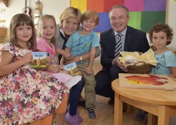 """Die Landesräte Mag. Barbara Schwarz und Dr. Stephan Pernkopf präsentieren mit Kindergartenkindern das neue Kinderbuch """"Roggenkorn Roger""""."""