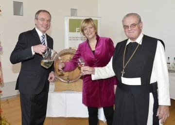 Landesrat Dr. Stephan Pernkopf, Landesrätin Mag. Barbara Schwarz und Abt Wolfgang Wiedermann beim Verkosten des Jungweins.