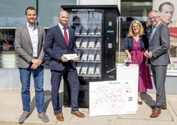 Nahmen den Testautomaten in Betrieb (von links): Matthias Probst (Novogenia), Alexander Halenka (Sales Manager OMV), Landesrätin Ulrike Königsberger-Ludwig und LH-Stellvertreter Stephan Pernkopf.