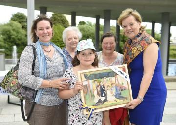 Familie Altenburger freut sich über den Gewinn: Maria Altenburger, Theresia Altenburger, Vanessa Altenburger (8 Jahre) und Marianne Winkler mit Landesrätin Barbara Schwarz. (v.l.n.r.)