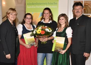 Im Bild von links nach rechts: Landesrätin Barbara Schwarz und die ausgezeichneten Lehrlinge Petra Sedelmaier, Judith Scheidl und Nadine Dötzl mit Präsident Andreas Freistetter (NÖ Landarbeiterkammer)