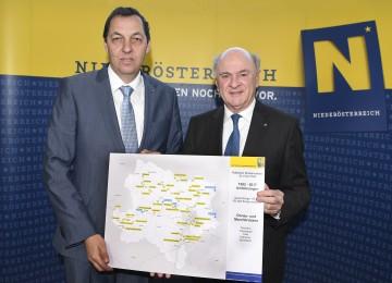 Bilanz über 25 Jahre Straßenbau: Landeshauptmann Dr. Erwin Pröll mit dem Straßenbaudirektor des Landes Niederösterreich, DI Josef Decker.