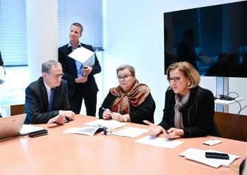 """Landeshauptfrau Johanna Mikl-Leitner (rechts) bei der heutigen Sitzung des Sanitätsstabes Niederösterreich. Dabei betonte sie: """"Die Vorkehrungen, die getroffen wurden, sind gut, wichtig und richtig."""""""