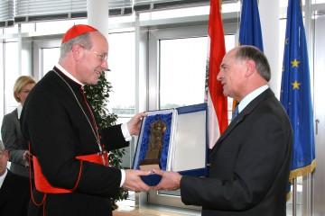 """Landeshauptmann Dr. Erwin Pröll gratulierte heute Kardinal Dr. Christoph Schönborn zum Geburtstag und überreichte ihm """"als sichtbares Zeichen des Dankes und der Anerkennung"""" auch eine Ehrenstatuette des Hl. Leopold."""