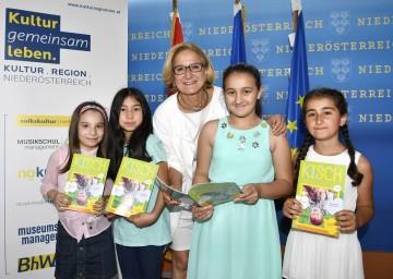 Malika, Samira, Ivona und Rüya aus der Daniel Gran Volksschule in St. Pölten durften Landeshauptfrau Johanna Mikl-Leitner in ihrem Büro besuchen und die neueste Ausgabe des Kinderschaufensters überreichen.