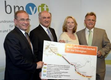 ASFINAG-Vorstandsdirektor DI Alois Schedl, Niederösterreichs Landeshauptmann Dr. Erwin Pröll, Verkehrsministerin Doris Bures und Burgenlands Landeshauptmann Hans Niessl (v.l.n.r.) präsentierten ein Verkehrssicherheitspaket inklusive dreispurigem Ausbau für die A4 Ostautobahn.