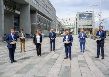 LH-Stellvertreter Stephan Pernkopf und Gemeindebund-Präsident Alfred Riedl mit den Klimaschutz-Preisträgern aus Niederösterreich.