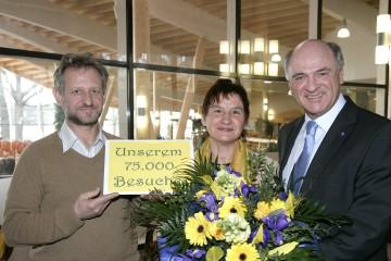 Im Sole-Felsen-Bad in Gmünd konnte Landeshauptmann Dr. Erwin Pröll mit Herta Koch und ihrem Ehemann Johann aus Herzogenburg bereits den 75.000. Besucher begrüßen.