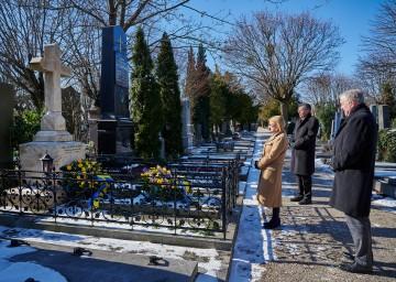 Kranzniederlegung am Grab von Landeshauptmann a. D. Siegfried Ludwig durch Landeshauptfrau Johanna Mikl-Leitner, Landesrat Martin Eichtinger und den Perchtoldsdorfer Bürgermeister Martin Schuster.