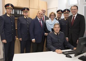 Inspektionskommandant Werner Krückel (sitzend)  führte die Ehrengäste der Eröffnung durch die neue Polizeiinspektion am Hauptbahnhof St. Pölten.