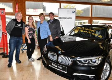Im Bild von links nach rechts: Philipp Figl, Julia Kreuzer (beide Schüler der LBS Eggenburg), Landesrätin Mag. Barbara Schwarz und Direktor Christian Bauer freuen sich über den neuen BMW