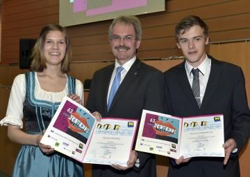 Landesrat Karl Wilfing mit den beiden Landesiegern Sabrina Endres (Polytechnische Schule Hainfeld) und Richard Damberger (Landesberufsschule Geras).