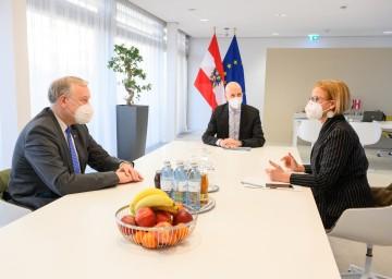 Beim Arbeitsgespräch (v.l.): Landesrat Martin Eichtinger, Bundesminister Martin Kocher und Landeshauptfrau Johanna Mikl-Leitner
