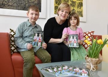 """Familien-Landesrätin Mag. Barbara Schwarz freut sich mit Nikolas und Magdalena auf zahlreiche Einreichungen zum """"Wettbewerb Ferienbetreuung 2017""""."""