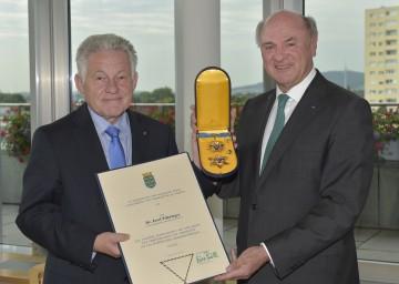Ehrenzeichen-Überreichung im NÖ Landhaus: Landeshauptmann Dr. Erwin Pröll und Landeshauptmann Dr. Josef Pühringer.
