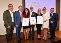 """Verleihung des """"NÖ Journalistenpreises 2018"""": Martin Gebhart, Erwin Hameseder, Katharina Sunk (1. Preis), Marcel Kilic (2. Preis), Lisa Röhrer (3. Preis), Landeshauptfrau Johanna Mikl-Leitner und Martin Gebhart (von links nach rechts)."""