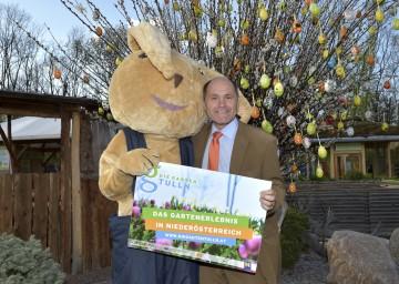"""Landeshauptmann-Stellvertreter Mag. Wolfgang Sobotka, Initiator der Aktion """"Natur im Garten"""", mit dem Hase Leo freut sich auf die Osterführungen auf der Garten Tulln."""