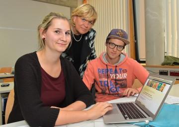 Landesrätin Mag. Barbara Schwarz mit den Studierenden der FH St. Pölten Martina Pilz und Tobias Zehetner.