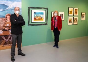 Der künstlerische Direktor des Karikaturmuseums Krems, Gottfried Gusenbauer und Landeshauptfrau Johanna Mikl-Leitner freuen sich auf die bevorstehenden Öffnungen der Museen und Bibliotheken.