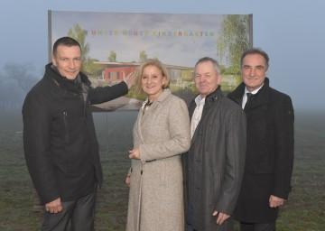 Hier entsteht der neue Landeskindergarten in Zillingdorf: Im Bild Bürgermeister Harald Hahn, Landeshauptfrau Johanna Mikl-Leitner, Vizebürgermeister Franz Fürlinger und Architekt Karl Scheibenreif (v.l.n.r.).