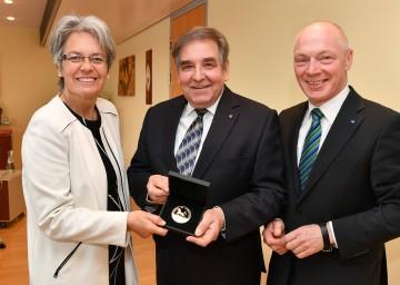 Im Bild von links nach rechts: Wirtschafts-Landesrätin Petra Bohuslav, Univ.-Prof. Friedrich Franek, ecoplus Geschäftsführer Helmut Miernicki