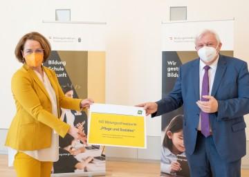Bildungslandesrätin Christiane Teschl-Hofmeister und Bildungsdirektor Johann Heuras präsentierten in St. Pölten eine niederösterreichische Initiative zur Stärkung des Bildungsschwerpunktes Pflege und Soziales.