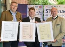 """Prämierung der \""""Starnacht\""""-Weine: Landeshauptmann Dr. Erwin Pröll (rechts) gratulierte Heinz Sigl aus Rossatz zu Silber und Andreas Eder aus Hundsheim (Mautern) zu Gold und Bronze. (v.l.n.r.)"""