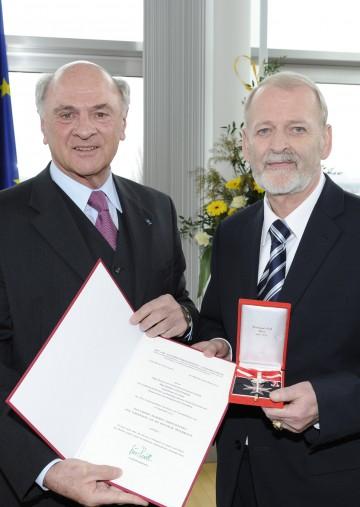 """Landeshauptmann Dr. Erwin Pröll überreichte das \""""Große Silberne Ehrenzeichen für Verdienste um die Republik Österreich\"""" an Klubobmann Mag. Günther Leichtfried."""