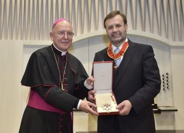 Diözesanbischof Dr. Klaus Küng überreichte an Landtagspräsident Ing. Hans Penz den Gregoriusorden.