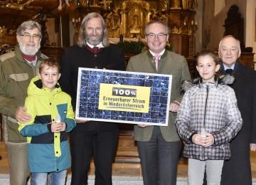 Pfarrer Johann Wurzer aus Ybbs an der Donau gilt als besonders umweltbewusst und bedankte sich gemeinsam mit Pfarrmitgliedern für die Unterstützung bei Landesrat Dr. Stephan Pernkopf.