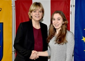 EU-Übersetzungswettbewerb: Landesrätin Mag. Barbara Schwarz gratulierte der Bundessiegerin Fiona Baumhauer vom BG/BRG Purkersdorf. (v.l.n.r.)