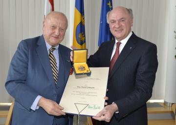 """Landeshauptmann Dr. Erwin Pröll verlieh das """"Große Goldene Ehrenzeichen für Verdienste um das Bundesland Niederösterreich\"""" an Mag. Rudolf Klingohr."""