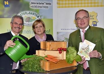 Landesrat Mag. Karl Wilfing, Landesrätin Mag. Barbara Schwarz und LH-Stellvertreter Dr. Stephan Pernkopf freuen sich über den großen Erfolg der Erdäpfel- und Gemüsepyramide (v.l.n.r.)