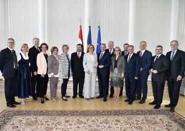 Landeshauptfrau Johanna Mikl-Leitner mit den aktuellen und ausgeschiedenen Mitgliedern der NÖ Landesregierung bzw. des NÖ Landtagspräsidiums.