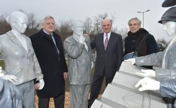 Bürgermeister Karl Kindl, Landeshauptmann Dr. Erwin Pröll und der Künstler Hubert Lobnig enthüllten das Andreas Maurer-Denkmal in Hainburg.