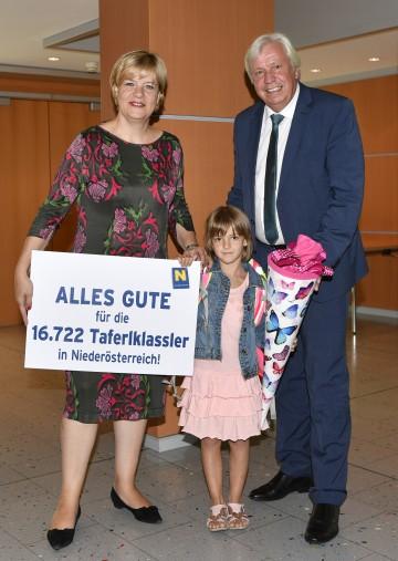 """""""Alles Gute"""" für den Schulstart wünschen Bildungs-Landesrätin Barbara Schwarz und Johann Heuras, der amtsführende Präsident des Landesschulrates für Niederösterreich, den 16.722 Taferlklasslern, im Bild mit Magdalena, die sich schon auf den Schulbeginn freut."""