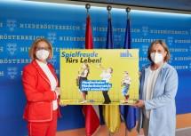 Landeshauptfrau Johanna Mikl-Leitner mit Michaela Hahn, Geschäftsführerin der Musik- und Kunstschulen Niederösterreichs.