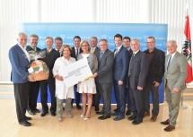 Landeshauptfrau Johanna Mikl-Leitner (7.v.l.) freut sich mit Bürgermeister Gernot Haupt (6.v.r), der Dritten Landtagspräsidentin Karin Renner (5.v.l.), Landtagsabgeordnetem René Lobner (5.v.l.) und weiteren Regionsvertretern über die Standortentscheidung für Marchegg als Austragungsort für die NÖ Landesausstellung im Jahr 2022.
