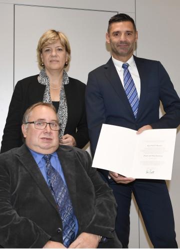 Landesrätin Mag. Barbara Schwarz überreichte in Anwesenheit von Josef Schoisengeyer (Obmann Club 81) die Urkunde an Karl-Heinz Sonner.
