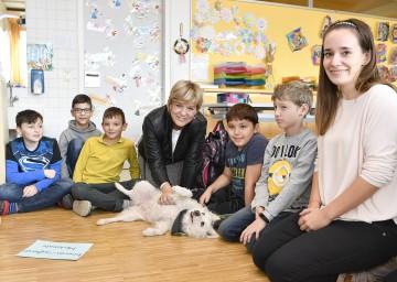 Bildungs-Landesrätin Mag. Barbara Schwarz und Hund Bella mit Volksschullehrerin Stephanie Lautner (rechts) in der Volksschule Gänserndorf.
