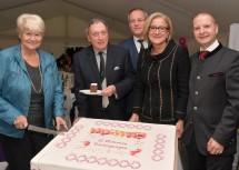 Über zehn Millionen Nächtigungen freuen sich die Stammgäste Brigitte und Leopold Winter, Bürgermeister Ferdinand Schwarz, Landeshauptfrau Johanna Mikl-Leitner und Eigentümer Engelbert Künig. (v.l.n.r.)