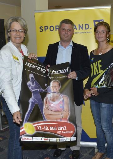Landesrätin Dr. Petra Bohuslav, Turnierdirektor Raimund Stefanits und Tennisnachwuchstalent Barbara Haas beim Tennis Spring Bowl in Amstetten.