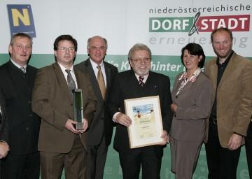 LH Dr. Erwin Pröll mit Vertretern des Dorfneuerungs- und Fremdenverkehrsvereines Schönbach beim NÖ Zukunftstag in St. Pölten. Sie werden Niederösterreich auch beim Europäischen Dorferneuerungswettbewerb vertreten.