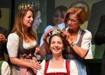 Die neue niederösterreichische Weinkönigin Julia Herzog (Mitte) übernimmt Zepter und Krone bei der NÖ Weingala in Grafenwörth, im Bild mit Bundesweinkönigin Christina Hugl (links) und Landeshauptfrau Johanna Mikl-Leitner (rechts).