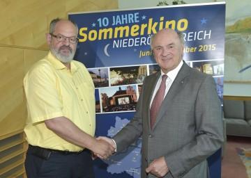 Landeshauptmann Dr. Erwin Pröll bedankt sich bei Gerhard Steinkellner, Obmann des Vereins SüdFILMfest Amstetten.