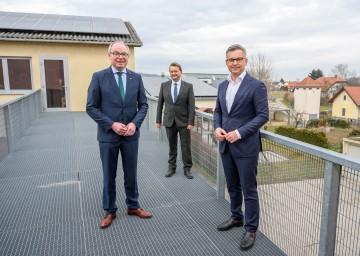 LH-Stellvertreter Stephan Pernkopf (v.l.), Bürgermeister Alois Vogl und Staatssekretär Magnus Brunner